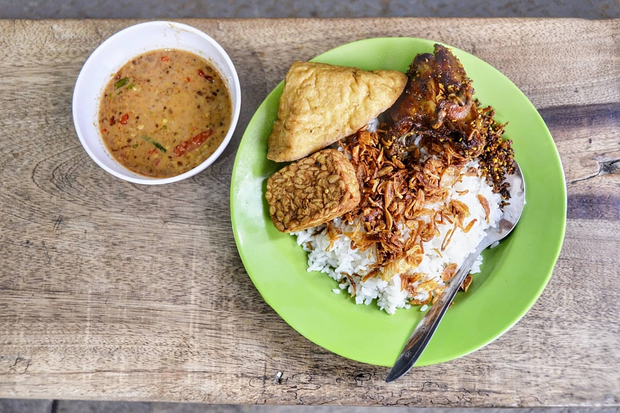 Nasi Uduk Ibu Amah – One Of The Best Indonesian Street Food Stalls You Can Find In Jakarta