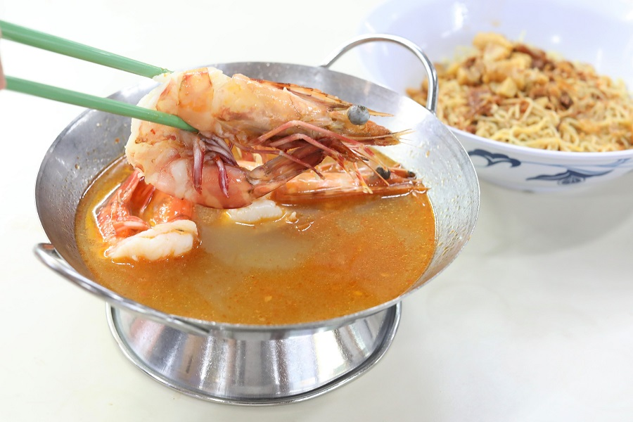 """Wah Kee Big Prawn Noodle - """"Michelin"""" Prawn Noodles Served By """"Auntie With Attitude"""", At Pek Kio Food Centre"""